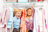 Boy and girl play hide-and-seek in store — Stock fotografie