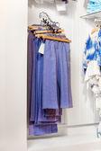蓝裤子和牛仔裤挂在店里 — 图库照片