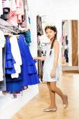 亚洲女孩在服装店 — 图库照片