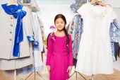 亚洲女孩在一起在商场里的辫子 — 图库照片