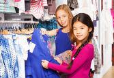 女孩在一起在商店购物 — 图库照片