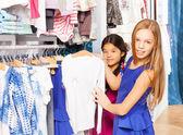 在购物过程中选择衣服的女孩 — 图库照片