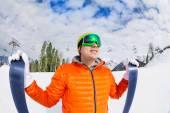 Guy wearing mask holding ski — Foto Stock
