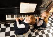 Meisjes in uniformen pianospelen — Stockfoto