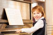 Ragazza felice di suonare il pianoforte — Foto Stock