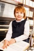 Feliz chica sosteniendo notas del piano — Foto de Stock