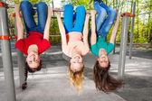 Tres chicas colgado boca abajo — Foto de Stock