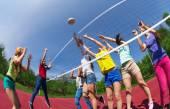 Ativos adolescentes jogando volei — Fotografia Stock