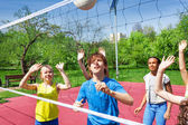 Jogar vôlei perto rede de adolescentes — Fotografia Stock