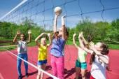 Sahada Voleybol oynayan gençler — Stok fotoğraf