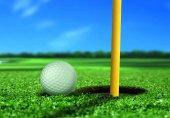 мяч для гольфа вблизи отверстие — Стоковое фото