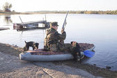 The hunter is going to sail on hunting, two dogs nearby — Stock Photo