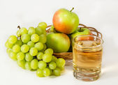 Juice, green grapes and apples — Stock Photo