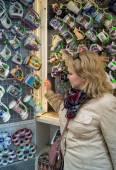 Tourist chooses Czech souvenirs — Stock Photo