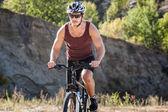 Idrottsman man cykla på en cykel — Stockfoto