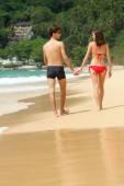 Happy couple in sunglasses on the beach — Stock Photo