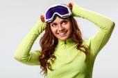 Woman wearing ski goggles — 图库照片