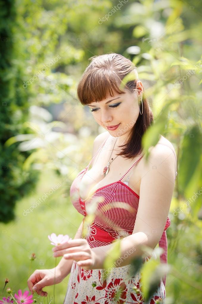 Красивая девушка в саду
