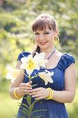 Krásná dívka v zahradě — Stock fotografie