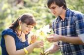 молодая пара в саду — Стоковое фото
