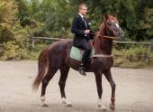 Bruidegom op paard — Stockfoto