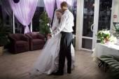 Groom and bride dance — Stock Photo