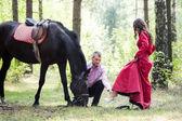 Lyckliga paret och häst — Stockfoto