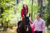 对幸福的夫妇和马 — 图库照片