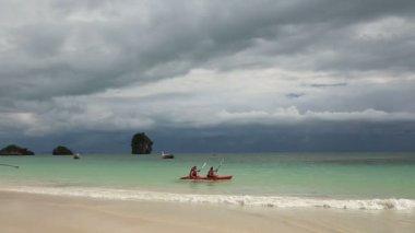 Kayak floating in azure coast water — Stockvideo