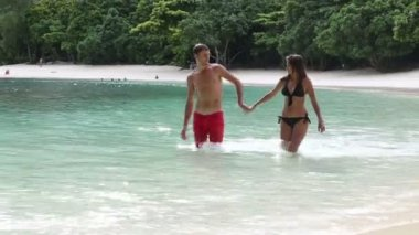 Brunette girl with handsome man in Thailand — Stock Video