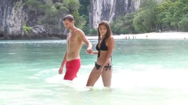 Brunette girl with handsome man in Thailand — Vidéo