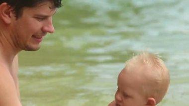 Dad bathe his baby daughter — Stock Video