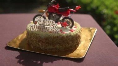 Gâteau d'anniversaire avec la figure de moto — Vidéo