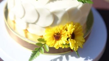 White creamy cake with yellow flowers — Vídeo de stock