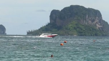 Motor boat sails — Stock Video