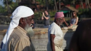 Pescatori sulla riva del mare — Video Stock