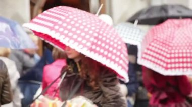 People with umbrellas in city — Stock Video