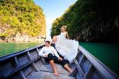 Блондинка невеста и жених красавец на лодке — Стоковое фото