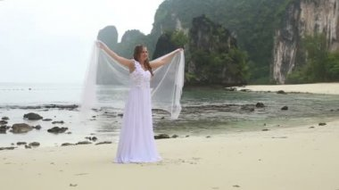 Bride in dress on tropical beach — Vídeo de Stock