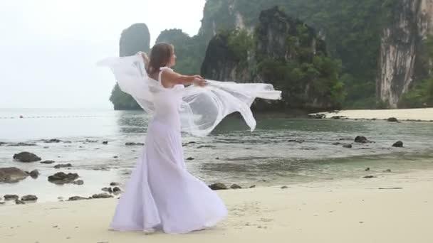 Novia, vestido de playa tropical — Vídeo de stock