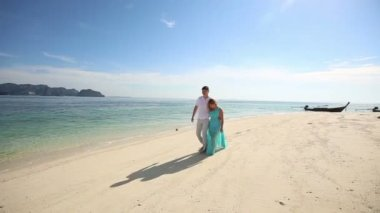 Couple on tropical island — Stock Video
