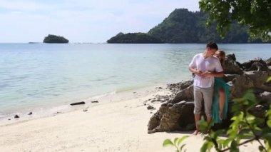 Pár na tropickém ostrově — Stock video