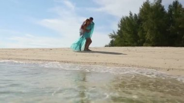 Couple on tropical island — Stock Video