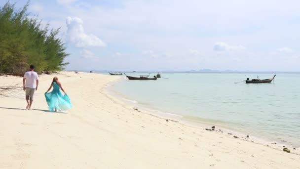 Pareja en la isla tropical — Vídeo de stock