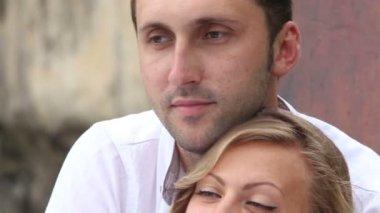 Невеста и жених на длиннохвостый лодки — Стоковое видео