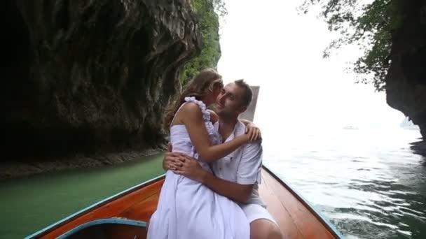Novios en barco longtail — Vídeo de stock