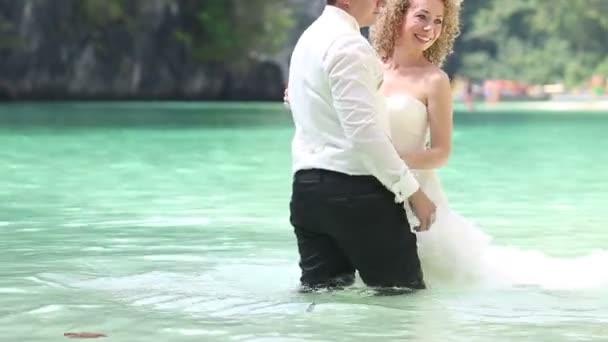 Novia en vestido y guapo novio en agua — Vídeo de stock