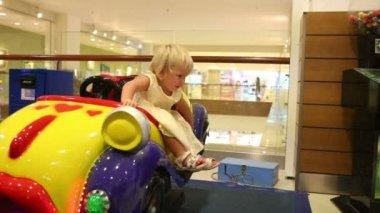Little girl in amusement park — Stock Video