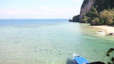 Tropic ö i Azurblå havet i Thailand — Stockvideo