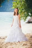 Schöne Braut über Meerwasser — Stockfoto
